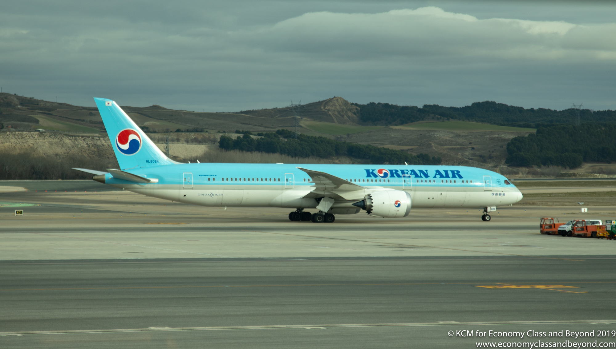 Airplane Art - Korean Air Boeing 787-9 at Madrid Barajas airport - Economy Class & Beyond